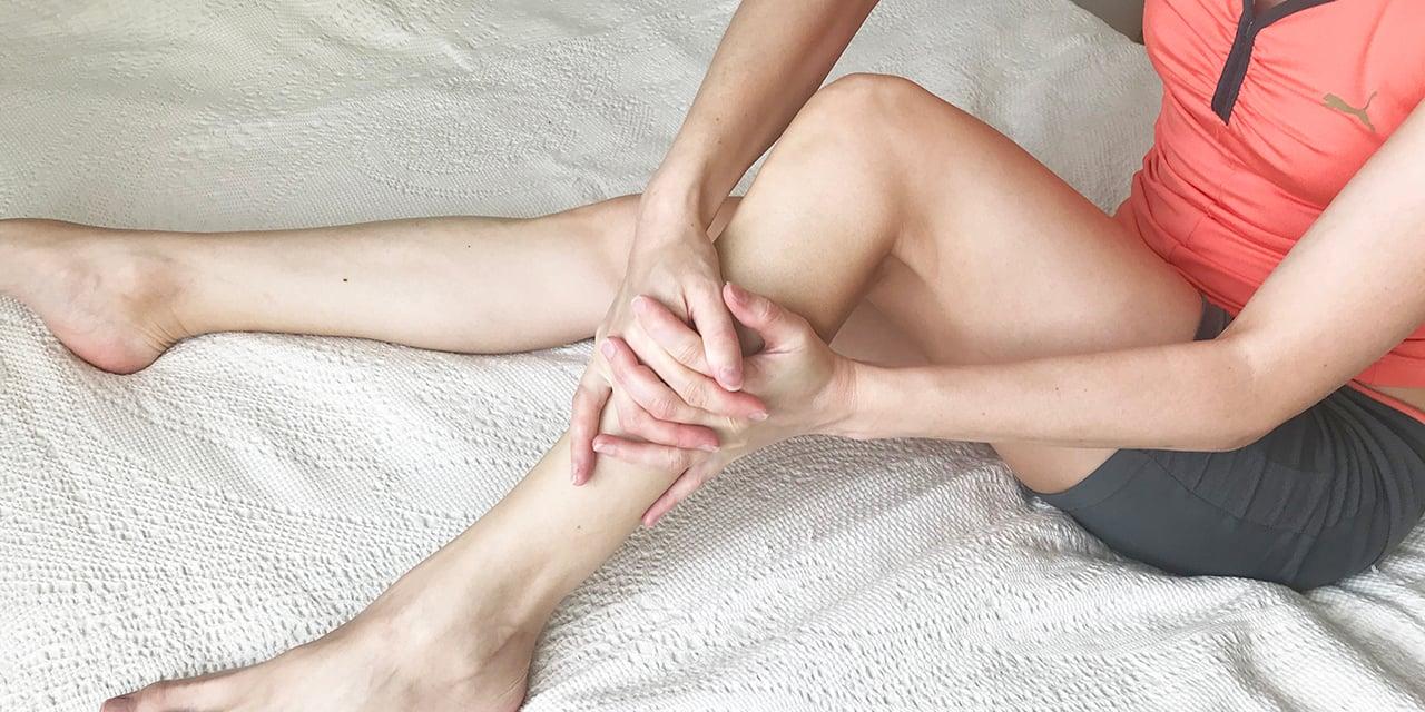 Аналогично массируется внешняя часть ноги